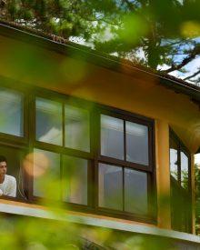 Dom i dwoje ludzi w oknie